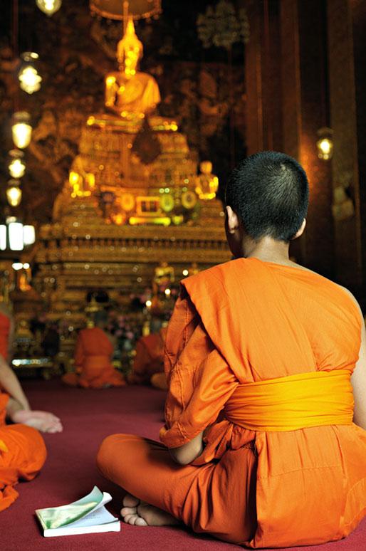 Moine avec son cahier au Wat Pho de Bangkok, Thaïlande
