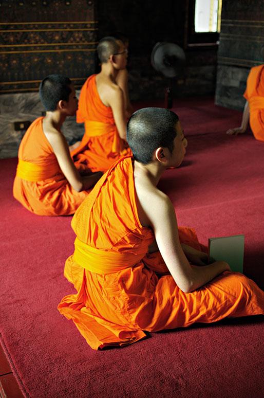 Moines assis au Wat Pho de Bangkok, Thaïlande