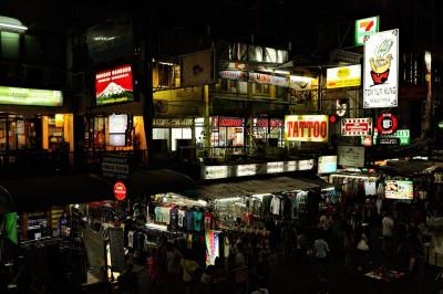 Enseignes sur Khao San Road à Bangkok de nuit, Thaïlande