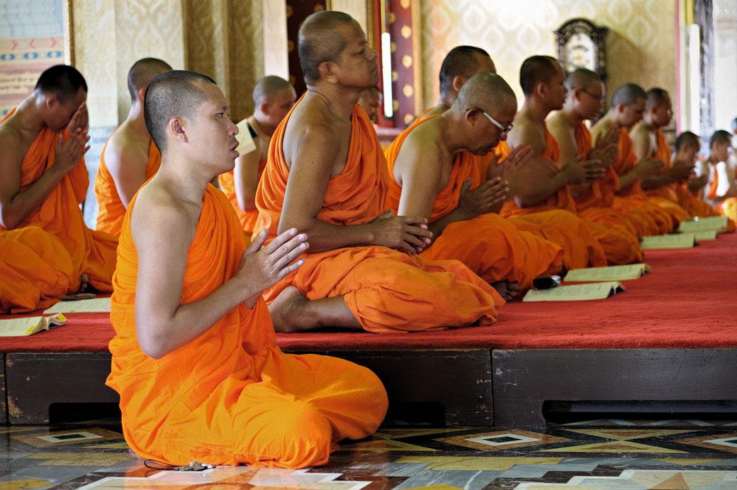 Moines au Wat Benchamabophit de Bangkok, Thaïlande