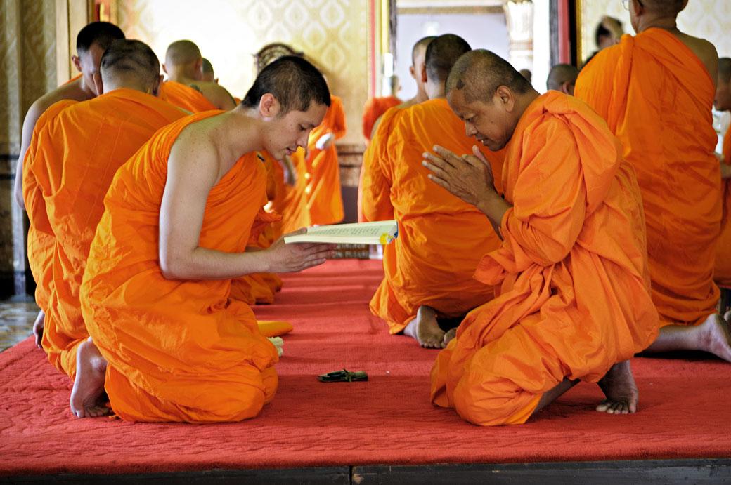 Moines méditants au Wat Benchamabophit de Bangkok, Thaïlande