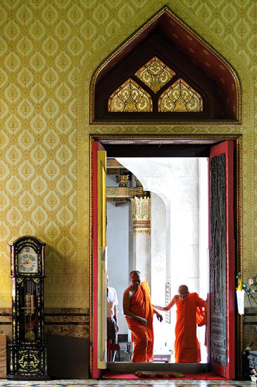 Moines à la porte du Wat Benchamabophit à Bangkok, Thaïlande