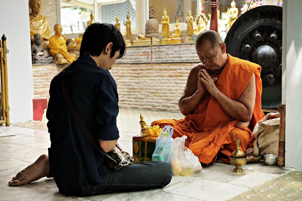 Méditation au Wat Sunthon Thammathan de Bangkok, Thaïlande