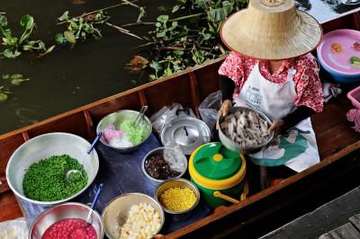 Nourriture au marché flottant de Taling Chan à Bangkok, Thaïlande
