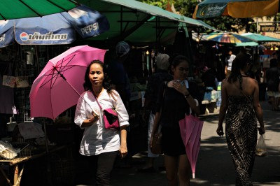 Parapluie rose au marché de Taling Chan à Bangkok, Thaïlande