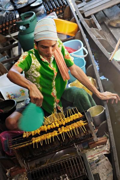 Vendeur de brochettes au marché de Taling Chan à Bangkok, Thaïlande