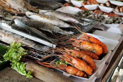 Crevettes et poissons au marché de Taling Chan à Bangkok, Thaïlande