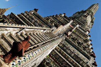 Escaliers vers le sommet du Wat Arun à Bangkok, Thaïlande