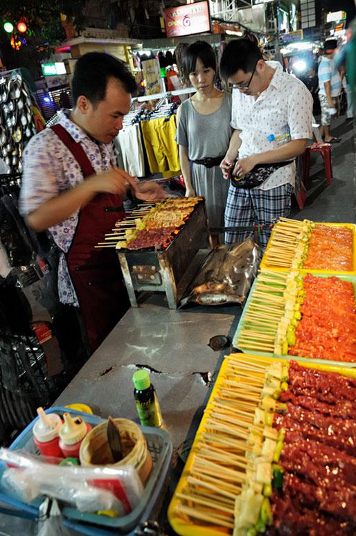 Brochettes de viande à Khao San Road à Bangkok, Thaïlande