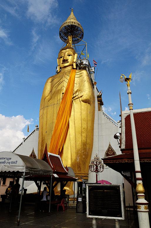 Bouddha géant de 32 mètres au Wat Intharawihan de Bangkok, Thaïlande