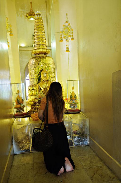 Femme à genoux au Wat Saket de Bangkok, Thaïlande