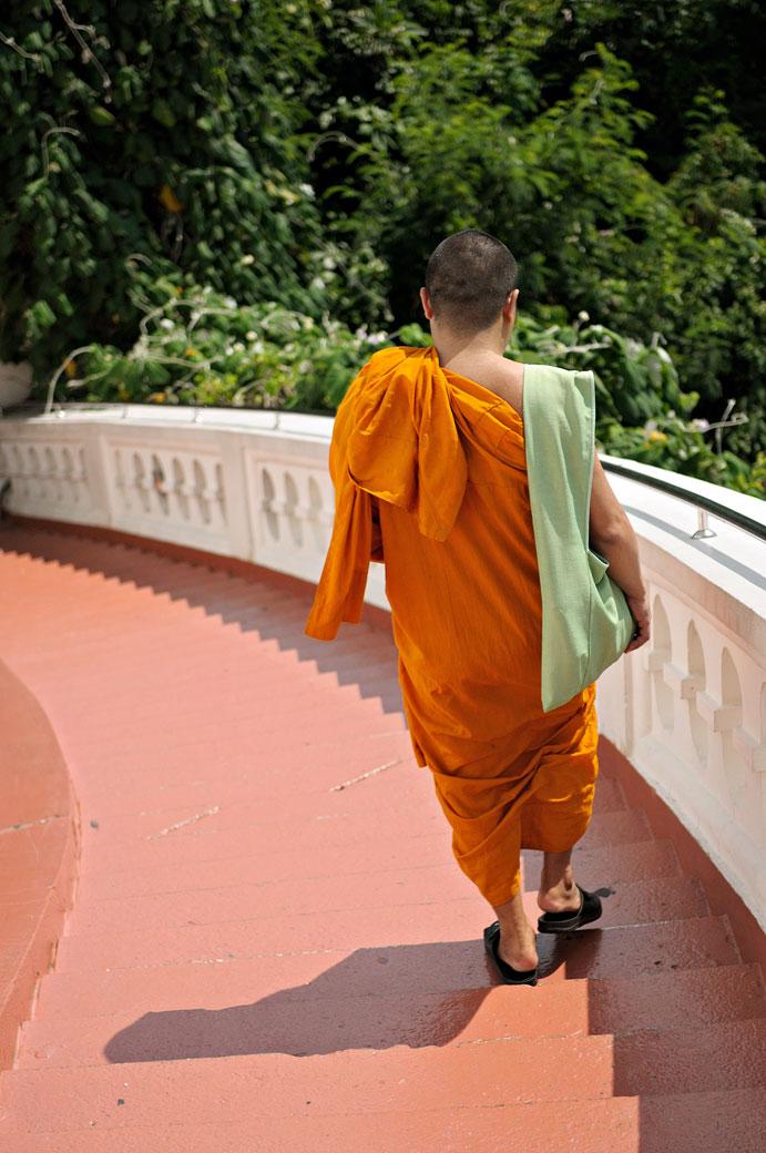 Moine qui redescend du Wat Saket de Bangkok, Thaïlande