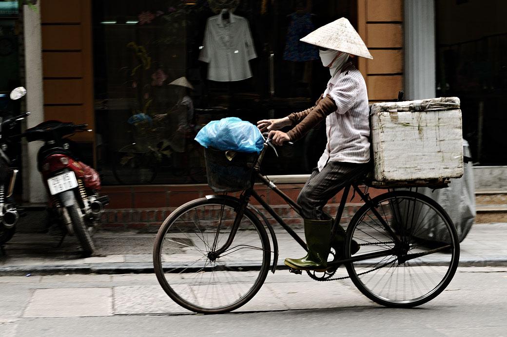 Cycliste dans une rue de Hanoi, Vietnam