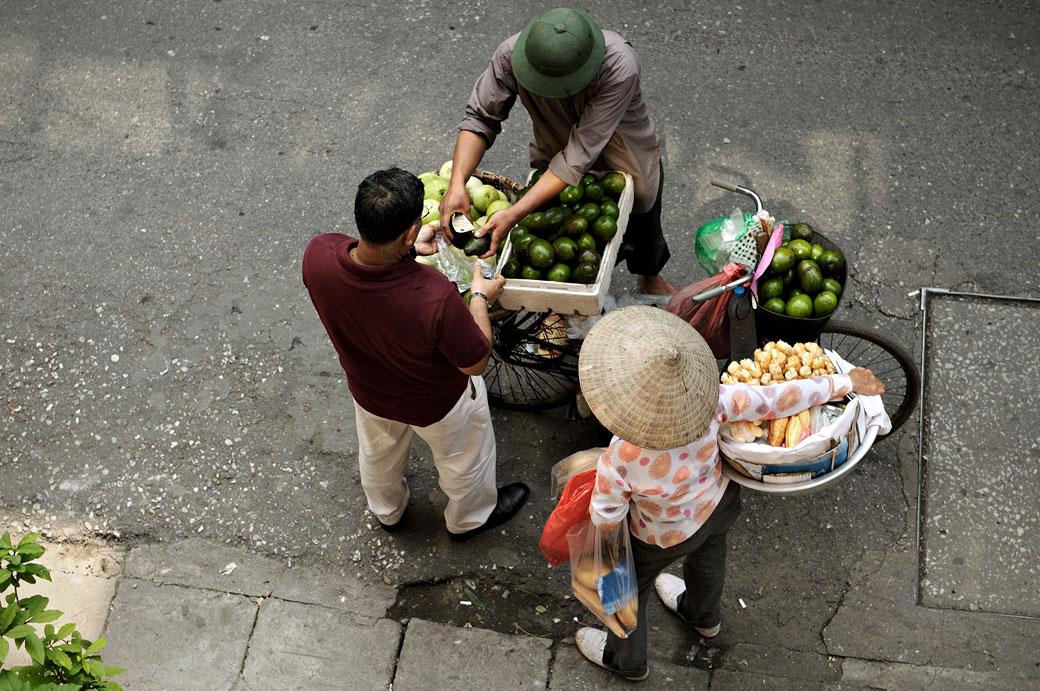 Transaction avec des vendeurs de rue à Hanoi, Vietnam