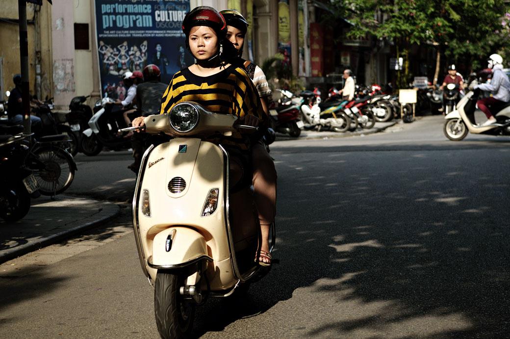 Jeunes vietnamiens sur un scooter à Hanoi, Vietnam