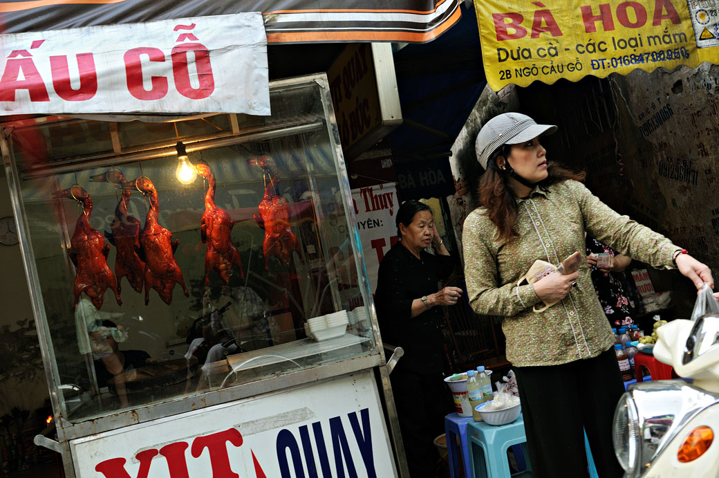 Canards grillés dans une rue de Hanoi, Vietnam