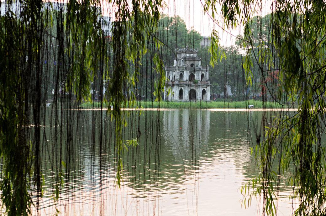 La tour de la Tortue et le lac Hoan Kiem à Hanoi, Vietnam