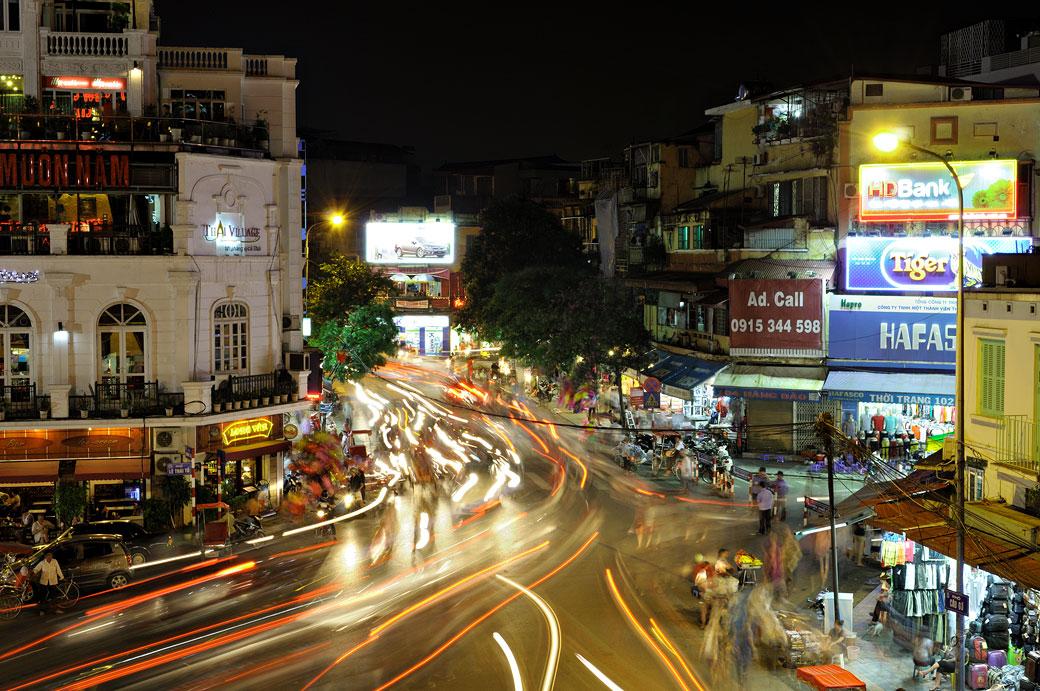 Circulation nocturne dans la ville de Hanoi, Vietnam