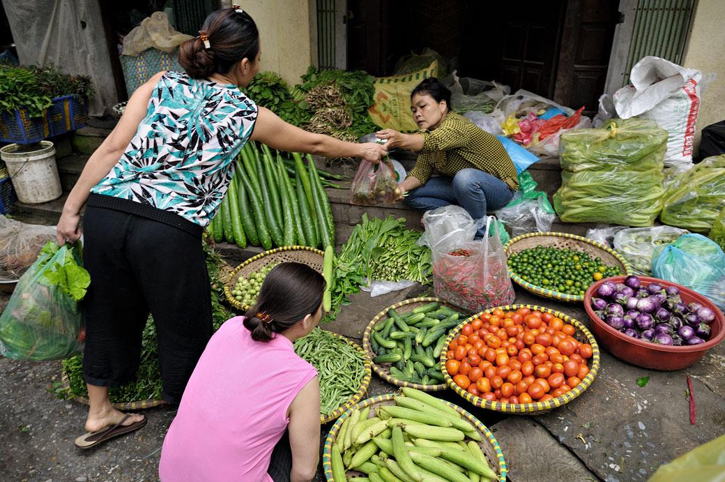 Femmes et légumes au marché de Hanoi, Vietnam