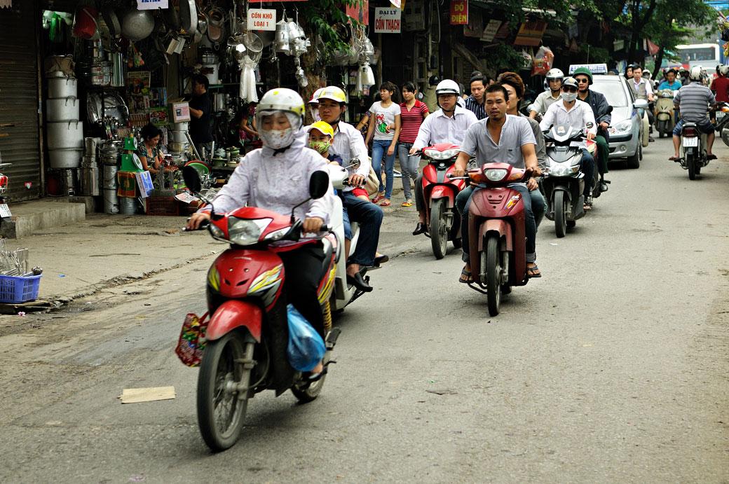 Nombreux deux-roues en vieille ville de Hanoi au Vietnam