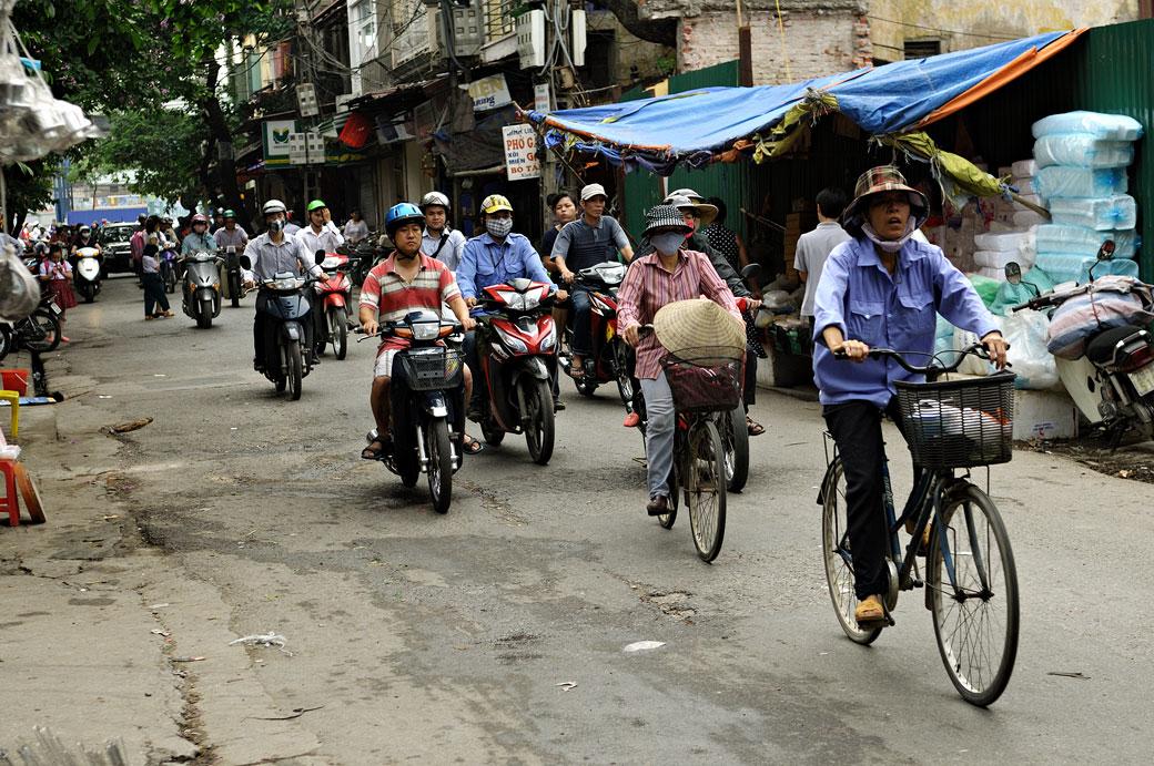 Vélos et scooters en vieille ville de Hanoi, Vietnam