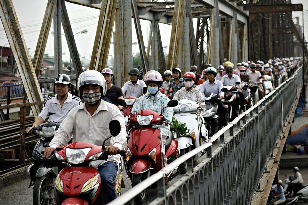 Le pont Long Biên envahi de deux-roues à Hanoi, Vietnam