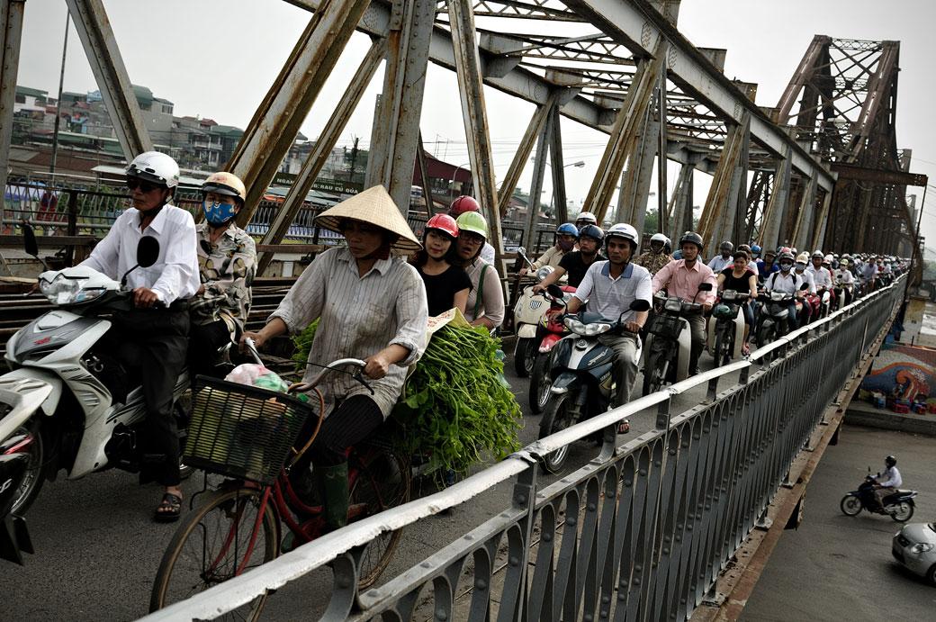 Trafic de deux-roues sur le pont Long Biên à Hanoi, Vietnam