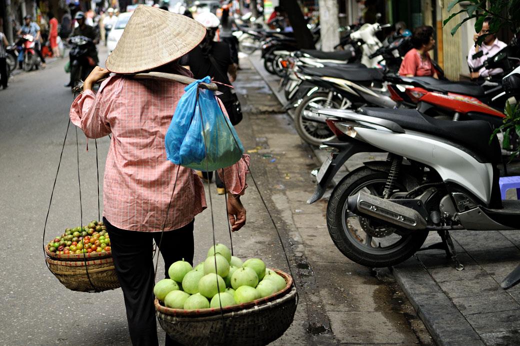 Vendeuse de fruits à Hanoi, Vietnam