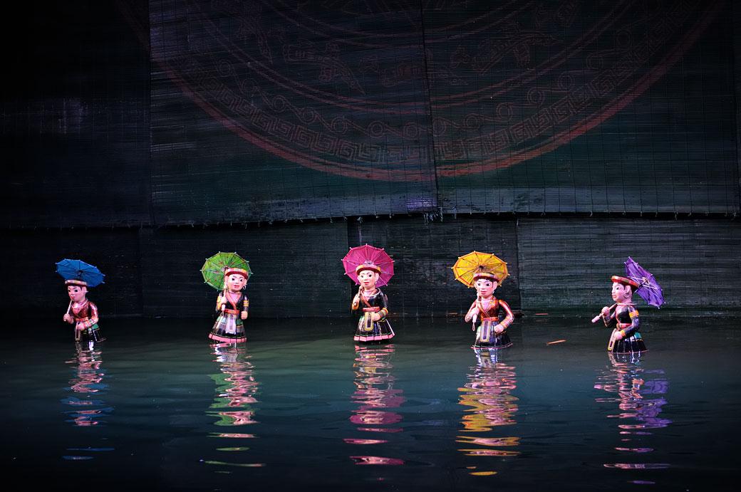 Marionnettes colorées au théâtre sur l'eau de Hanoi, Vietnam