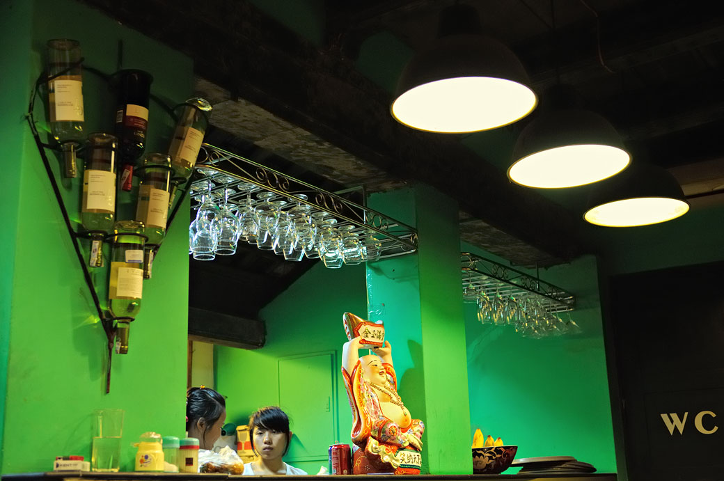 Femmes dans un restaurant de Hanoi, Vietnam