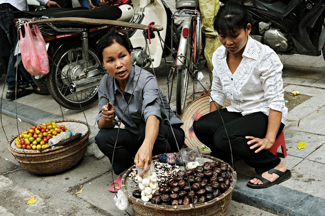 Vendeuses dans une rue de Hanoi, Vietnam