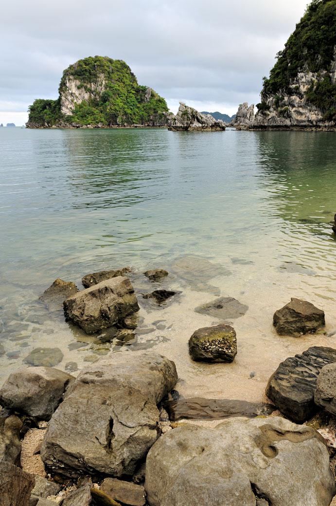 Plage déserte dans la baie d'Halong, Vietnam