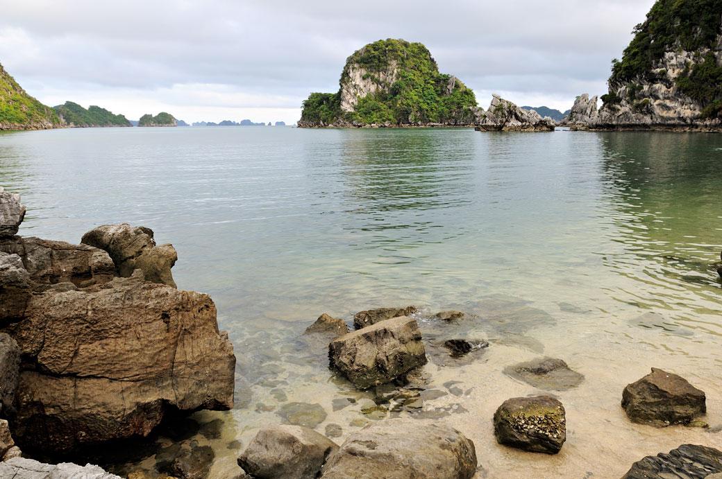 Une plage déserte dans la baie d'Halong, Vietnam