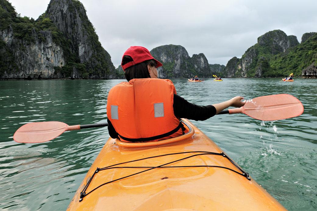 Balade en kayak dans la baie d'Halong, Vietnam