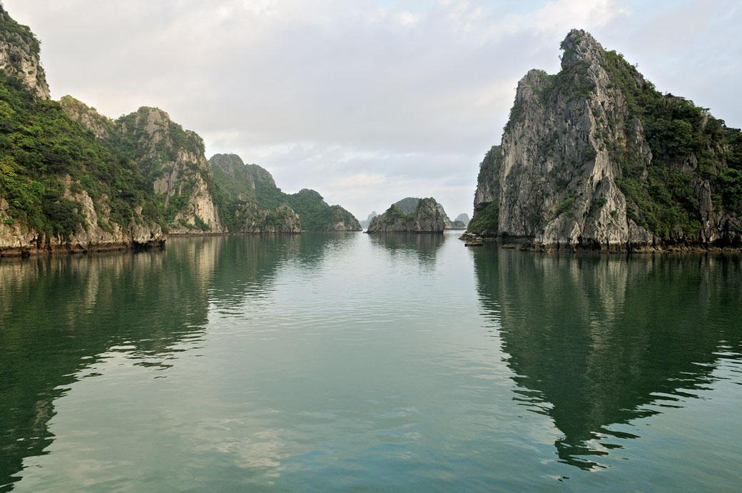 Reflet d'îles karstiques dans la baie d'Halong, Vietnam