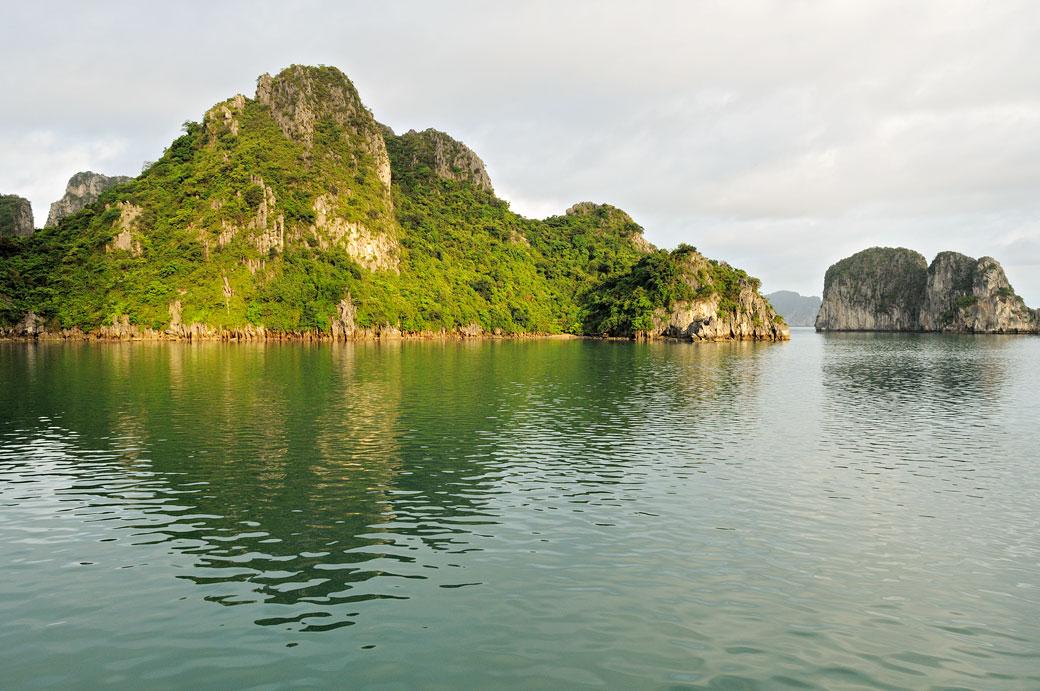 Lumière matinale sur la baie d'Halong, Vietnam