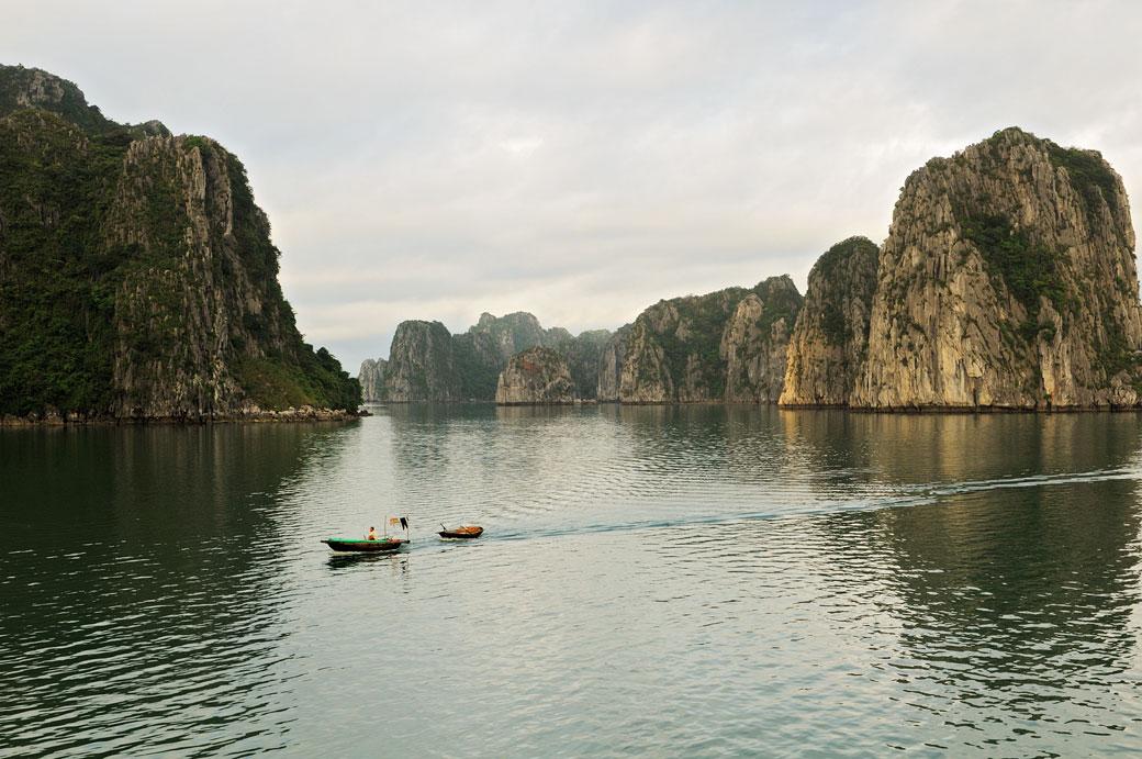 Barque dans la baie d'Halong, Vietnam