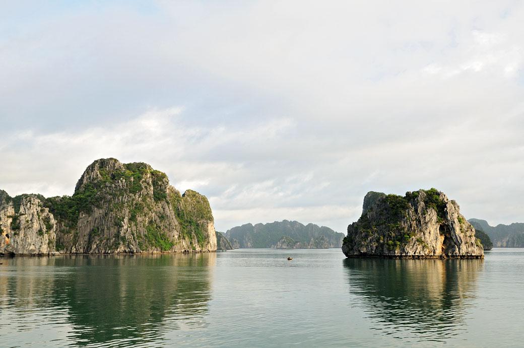 Îlots karstiques dans la baie d'Halong, Vietnam