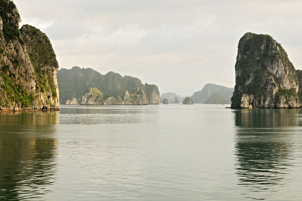 Les nombreux îlots de la baie d'Halong, Vietnam