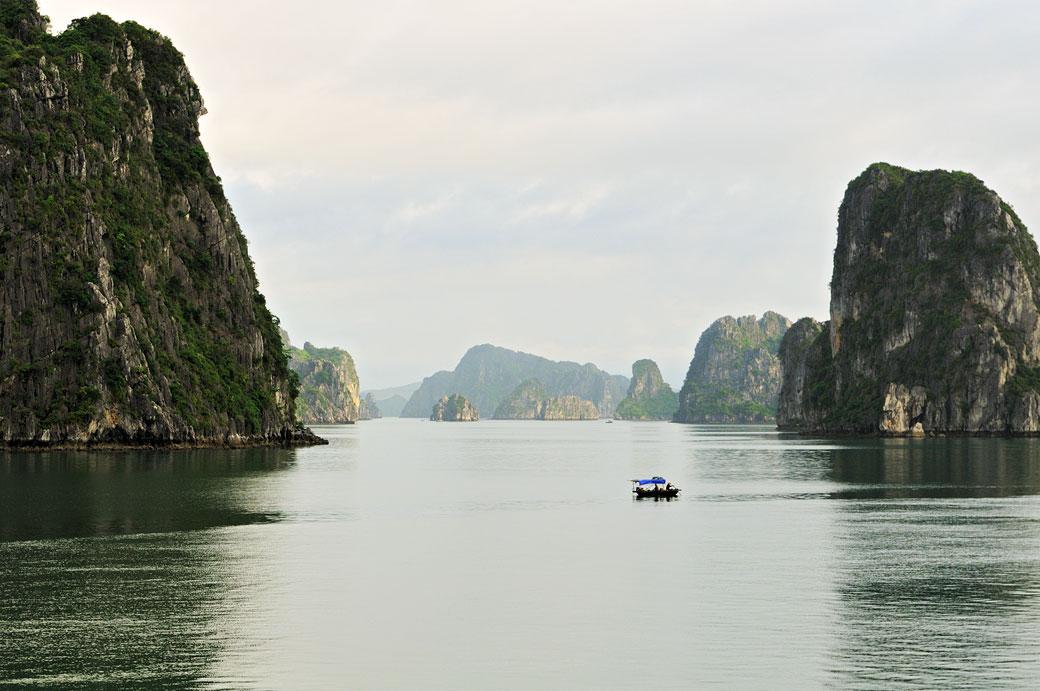 Petit bateau local dans la baie d'Halong, Vietnam