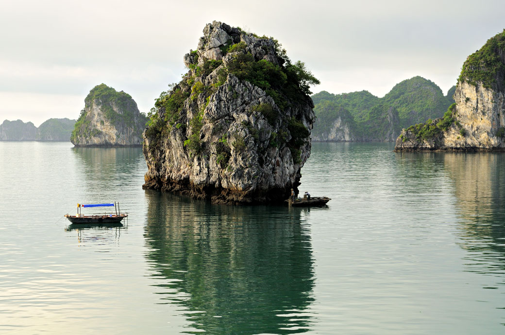 Bateaux locaux près d'un îlot de la baie d'Halong, Vietnam