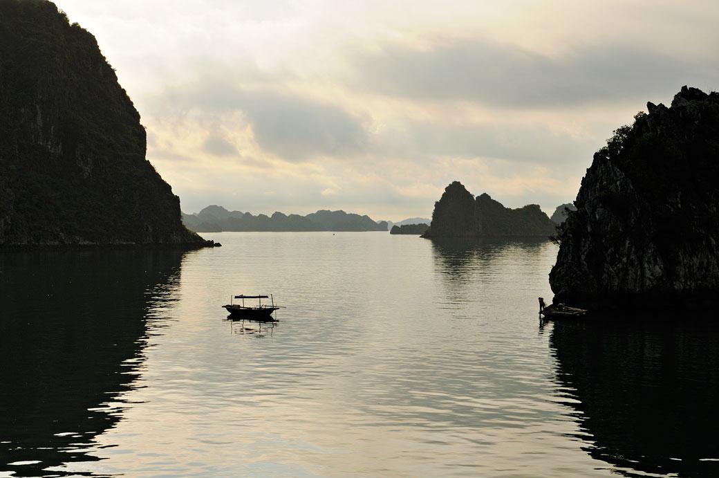 Barque isolée dans la baie d'Halong, Vietnam