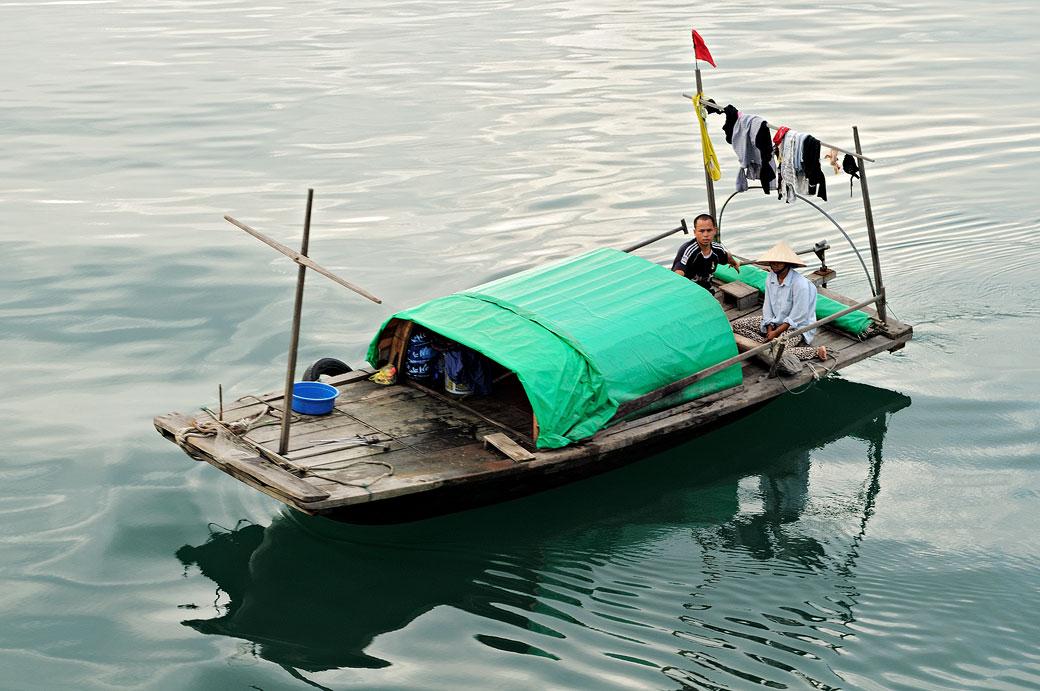 Petite embarcation locale dans la baie d'Halong, Vietnam