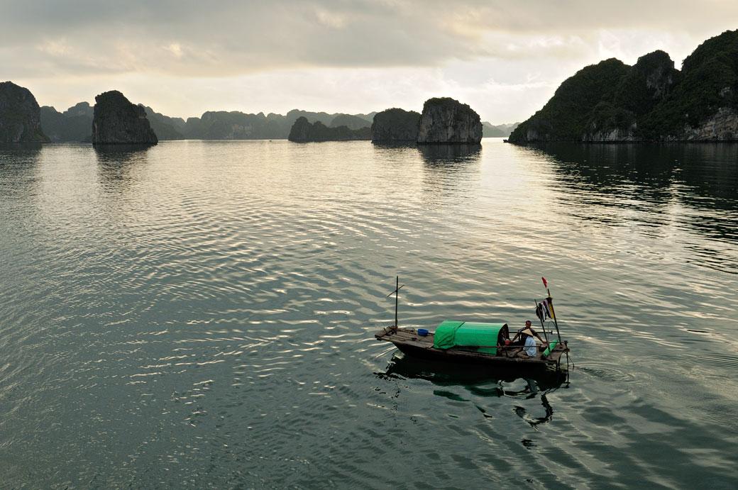 Barque locale dans la baie d'Halong en fin de journée, Vietnam