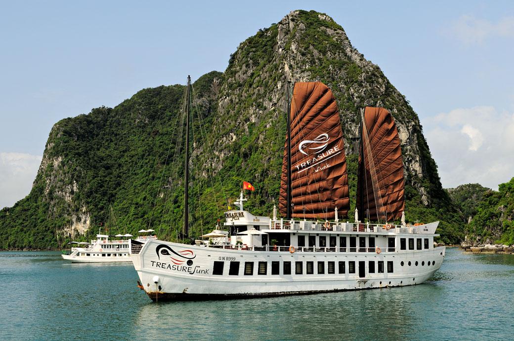 Bateau Treasure Junk dans la baie d'Halong, Vietnam