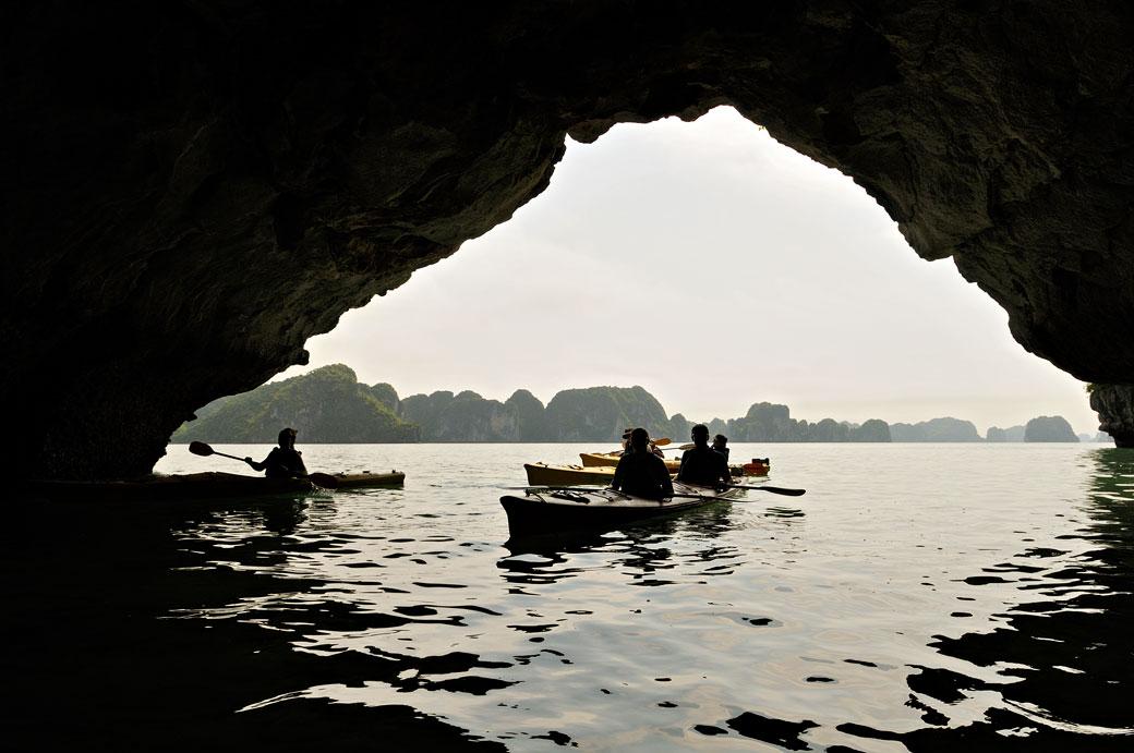 Kayaks dans une grotte de la baie d'Halong, Vietnam