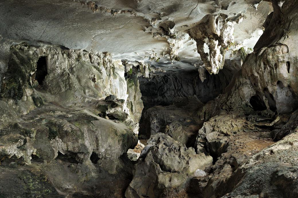 Caverne sur une île de la baie d'Halong, Vietnam