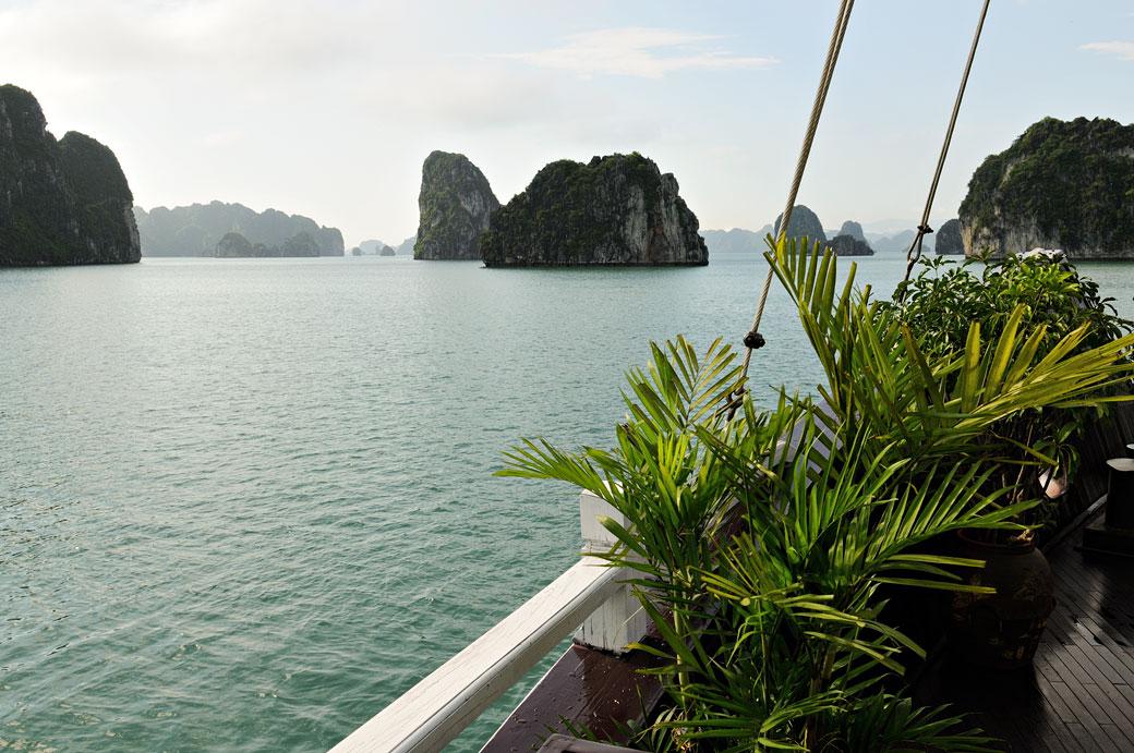 La baie d'Halong depuis le pont du bateau, Vietnam