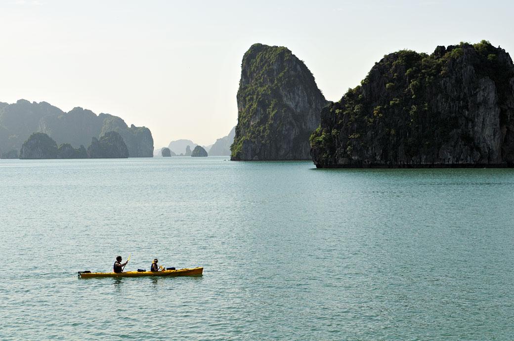 Kayak biplace dans la baie d'Halong, Vietnam