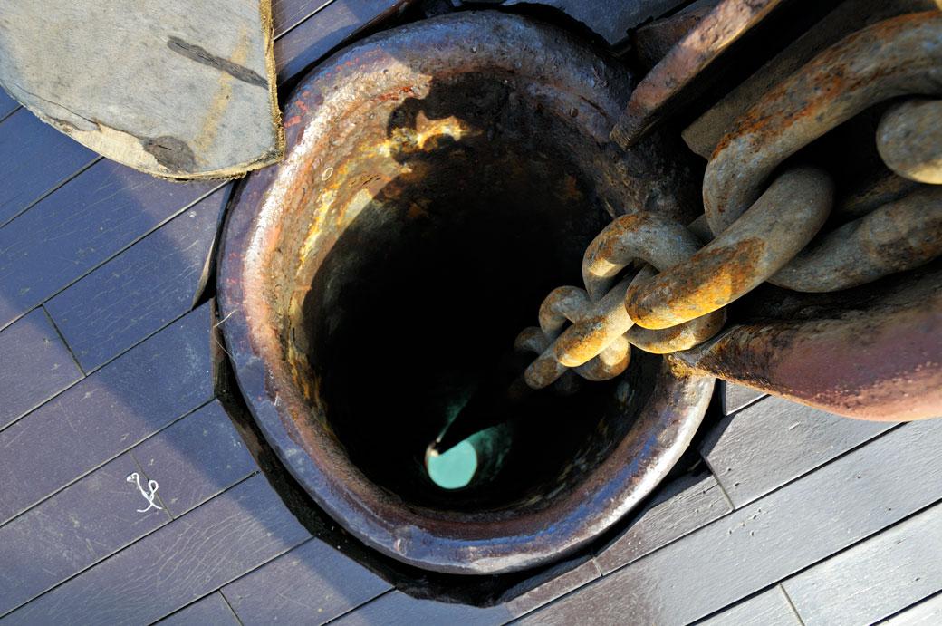 Chaîne de l'ancre d'un bateau dans la baie d'Halong, Vietnam